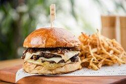 Aki Smash Burguer:  2 smash Burger, queijo prato, cebola caramelizada e maionese de curry no pão de leite. Acompanha batata frita.