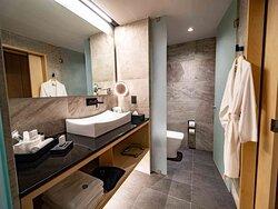 Galeria Plaza San Jeronimo Deluxe Room bathroom