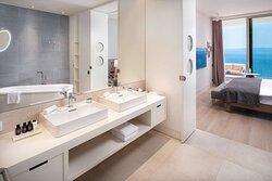 Suite Bathroom, Bedroom and Sea View