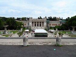 La parte centrale dell'esedra con le fontane gemelle (ai lati della foto, mentre al centro vi è la struttura di un bar e sullo sfondo il palazzo delle Belle Arti)