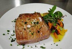 """Lomo de atún rojo de almadraba de """"Gadira"""" a la parrilla con verduras en escabeche."""