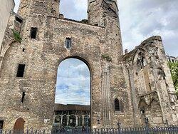 Découvrez ces ruines à priori en rénovation situées devant la préfecture