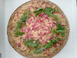 Pizza Flammekuche, crème, oignons et lardons, comme la recette originale