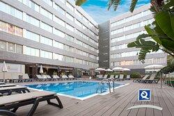 Zona de la piscina. El hotel cuenta con la Q de calidad turística.