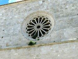 Il rosone dle 1477 (alla base il picolo stemma della famiglia Petrignani)