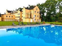 Velký plavecký bazén v zahradě hotelu Galant Lednice