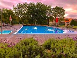 Večer u bazénu hotelu Galant Lednice