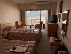 ツインルームはまずまずの広さ、桜島がよく見える