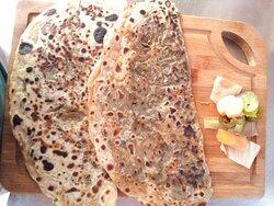 Ispanaklı D bôreği .karışık tost.20 çeşitten oluşan serpme kahvaltı demlik te sınırsız çay verilyor.sabah 08.00 akşam 22 00 saatleri arası açık..