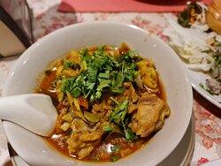 เมนูผัดไทย จัดว่าเด็ดมากแนะนำห้ามพลาด ,ยำวุ้นเส้นก็อร่อยไม่แพ้กัน และเมนูอาหารพื้นเมืองแนะนำให้ต้องลองครับ