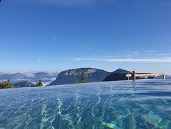 Infinity Pool mit Bergblick