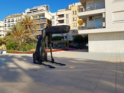 Statues, modern and traditional, on the promenade