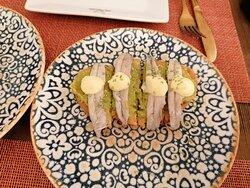 Boquerones en vinagre sobre guacamole