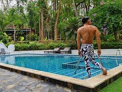 บริเวณรอบสระว่ายน้ำจะมีเตียงนอนอาบแดด บรรยากาศโดยรอบสระว่ายน้ำสุดแสนจะร่มรื่น เพราะมีต้นไม้ใหญ่และดอกไม้ นานาชนิด แข่งกัน อวดโฉม และส่งกลิ่นหอมไปทั่วบริเวณครับ
