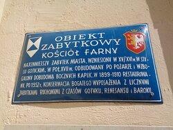Stara tablica na ścianie kościoła [ przy wejściu ] podaje najważniejsze informacje o nim .