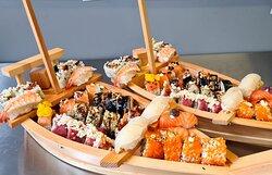 Sushi gerechten geserveerd op een bootje