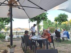 I tavoli all'aperto con vista lago