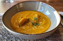 Sopa fría de Calabaza y Naranja con colas de langostino y micromezcum