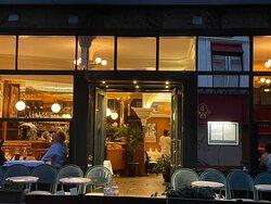 Le restaurant et sa terrasse le soir