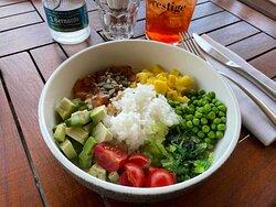 Hawaiian Pokè riso bianco con avocado, salmone marinato nella soya, pomodorini, piselli, cubetti d'ananas e alga wakame