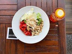 caesar salad Insalata verde, crostini, pollo alla piastra, crostini Parmigiano Reggiano, salsa caesar e pomodorini