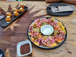 croquetas y nachos con guacamole