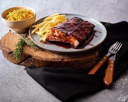 Costela barbecue com batata-frita e arroz pilaf