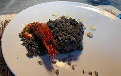 Arroz Negro de Carabinero con emulsión de cebollino y alioli de ajo negro