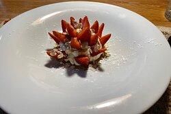 Fresas de la Organic Farm con nata casera, granola y sirope de agave
