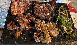 Parrillada de carne a la barbacoa