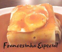 A nossa Francesinha Especial com ovo e batatas fritas