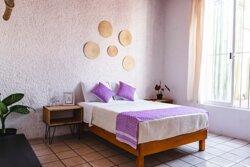 Habitación Estándar con cama matrimonial, Smart Tv y baño privado a un costado de la habitación
