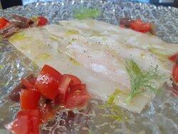 sashimi di ricciola marinata in olio e finocchietto con salsa crudaiola alla mediterranea