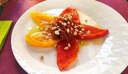 Fiore di peperone, crema di pomodori secchi, olive, menta e granella di mandorle tostate