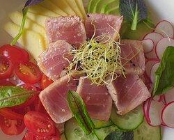 Carte de saison (juin 21): Salade de thon mi-cuit avec riz, avocat, mangue, radis rouge et tomates cerise