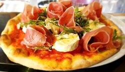Pizza au jambon cru et fromage de chèvre