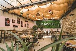 Rendez-vous à la Noche pour passer un moment agréable et privilégié dans notre patio en profitant d'un délicieux repas.