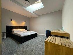 Wygodne, urządzone z dbałością o szczegóły jedno i dwuosobowe pokoje zapewniające pełen komfort pobytu.