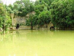 """Il lago vecchio con la diga medievale """"La Para"""""""