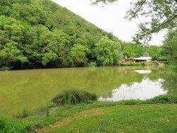 Il primo lago che si incontra dopo aver parcheggiato l'auto:  sullo sfondo si nota lo chalet