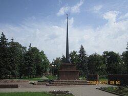 Монумент в центре Сквера