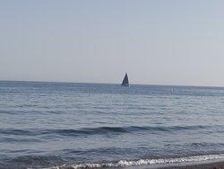 Un velero ⛵ en el mar Mediterráneo.