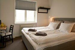 """Deluxe dobbeltværelse med king size seng, 50"""" smart tv og beliggende i stueetage."""