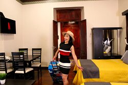 Junior Suite 6, 2 Camas Matrimoniales, 1 Sofá Ocasional, Smart Tv con contenidos digitales, fibra óptica, aire acondicionado, ventilador, piso de madera, ventanal hacia patio interior, ante comedor y cuarto vestidor.