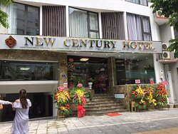 Con phố Khúc Thừa Dụ là một trong những phố mới với làn xe 2 chiều, đỗ xe trước cửa khách sạn hoặc trong hầm khách sạn là một lợi ích vô cùng tuyệt với và thuận tiện cho khách khi lưu trú tại khách sạn.