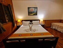 บรรยากาศภายในห้องพักในแบบ ห้องดีลักซ์ (Deluxe ) 1เตียงเดี่ยว และมีเตียงเล็กเสริม อีก1เตียงครับ