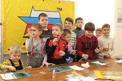 Ребята на мастер-классе по сборке масштабных моделей советской военной техники