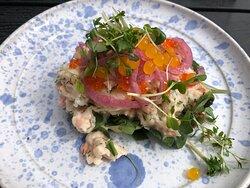 Hervorragendes Shrimps-Sandwich serviert auf attraktivem Porzellan, liebevoll garniert mit attraktiven Zutaten - bestellbar auch als doppelte Portion, oder wie auf dem Foto als halbe Portion - war an dem heißen Sommertag ein idealer Snack. Die eingelegten Zwiebeln bel waren ein Genuss.      Rundum zufrieden.