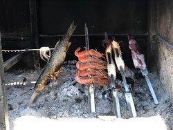 Variedad de comida excelente en la misma playa de La herradura!