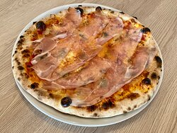 La GORGONZOLA, base au choix tomate ou crème, mozzarella fior di latte, gorgonzola et speck (jambon fumé italien).